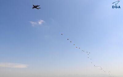 Aibus A400M setzt Fallschirmjäger ab.