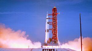 Die Saturn V hebt zu ihrem historischen Flug ab.